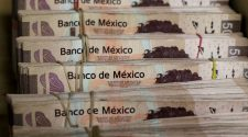 © Reuters. FILE PHOTO: Bundles of Mexican Peso banknotes are pictured at a currency exchange shop in Ciudad Juarez
