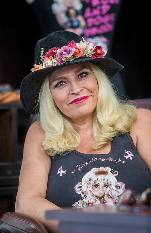 VIDEO: Family, friends and fans paddle out into ocean for Beth Chapman's Waikiki memorial service