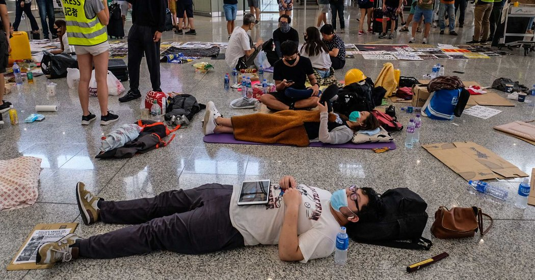 Hong Kong Protesters Apologize After Chaos at Airport