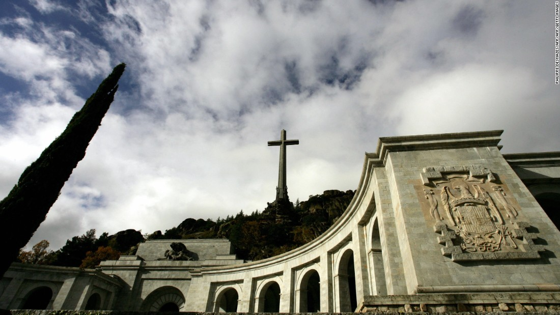 Francisco Franco: Spanish dictator's remains can be exhumed says Spanish court