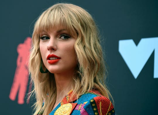 """Taylor Swift sang """"Lover"""" and """"False God"""" on """"Saturday Night Live."""""""