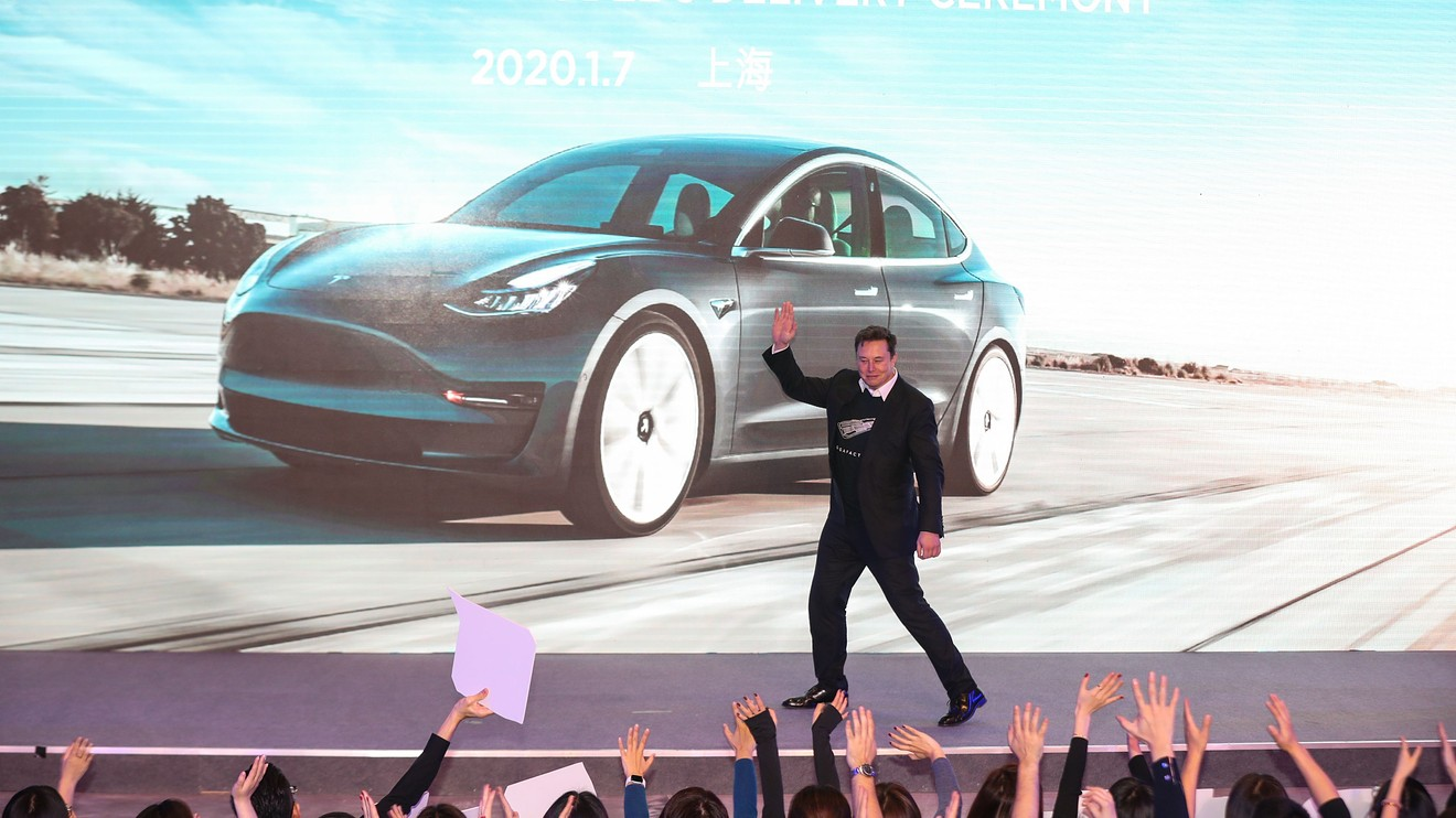 Why a 'battle-weary' Tesla enthusiast is now telling investors to move to the sidelines