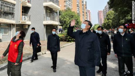 Chinese President Xi Jinping waves to residents who are quarantined at home on March 10.
