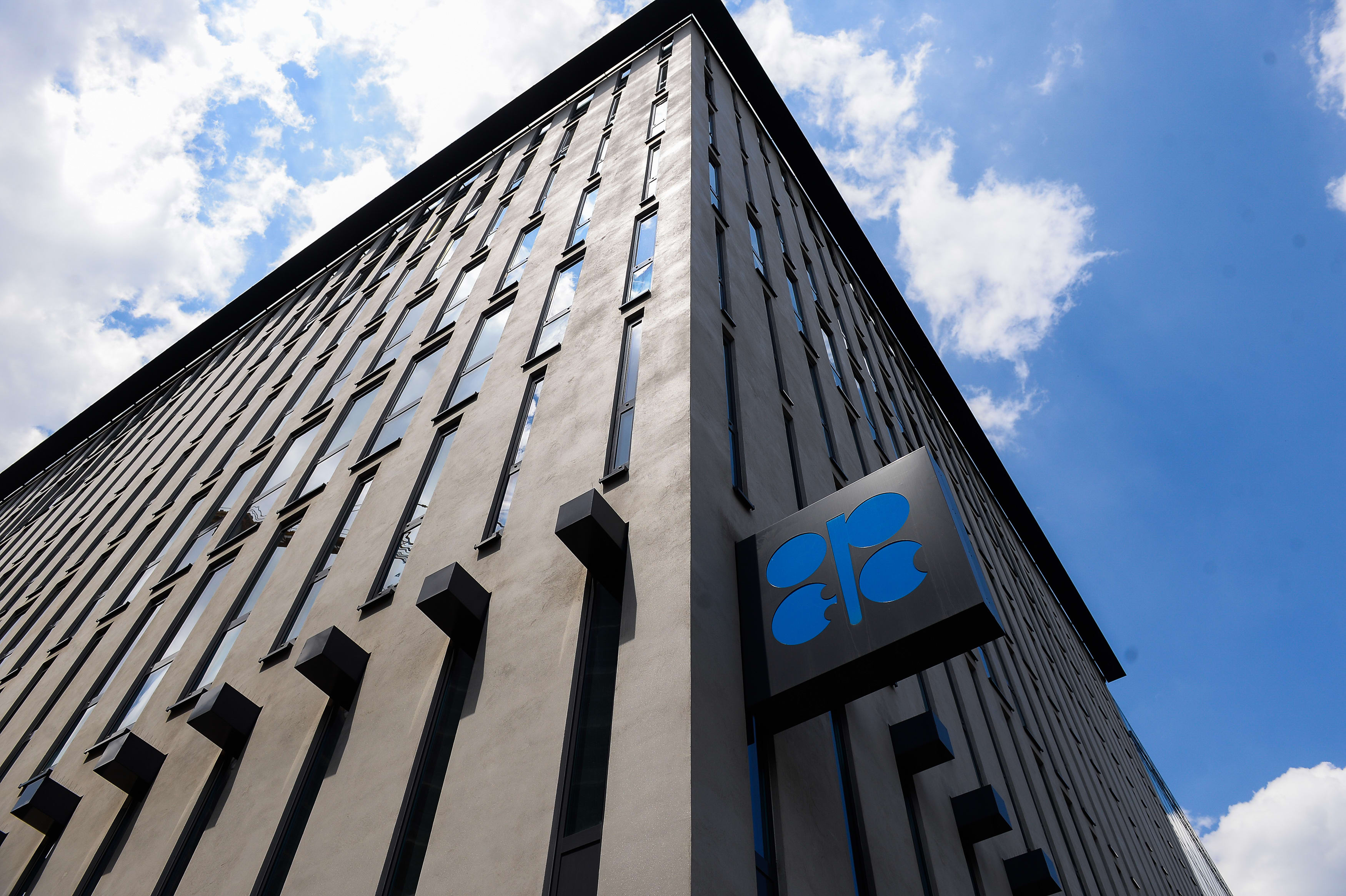 OPEC meeting to decide on historic output cuts