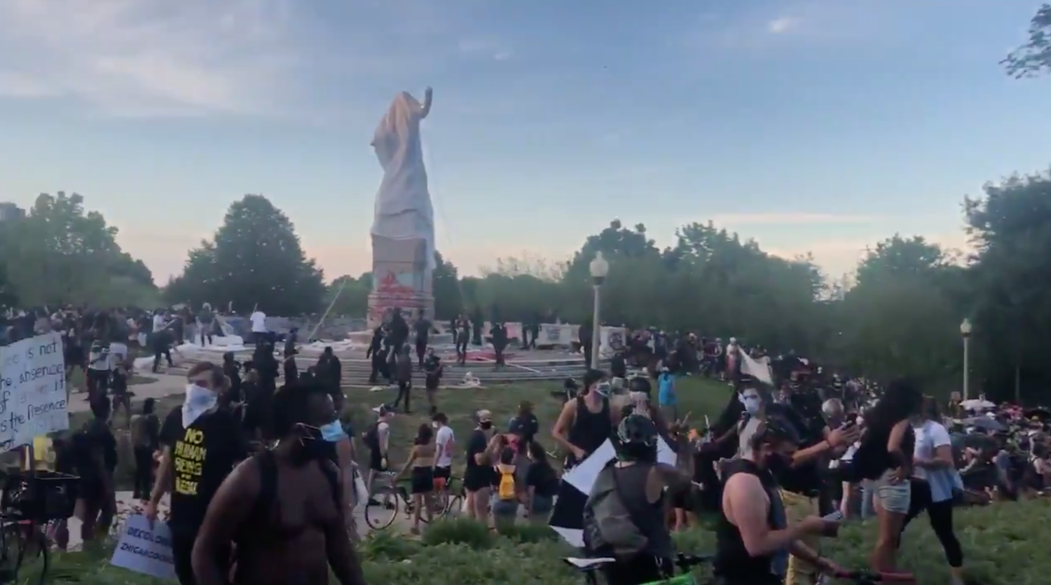 Protesters Try To Tear Down Columbus Statue In Chicago's Grant Park – CBS Chicago